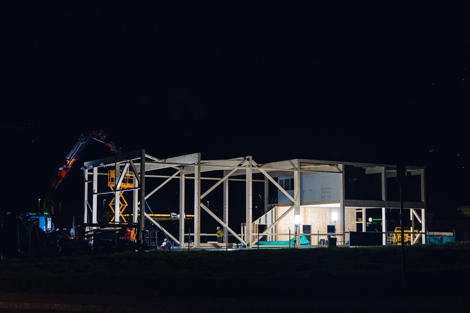 Montage de nuit d'une halle industrielle